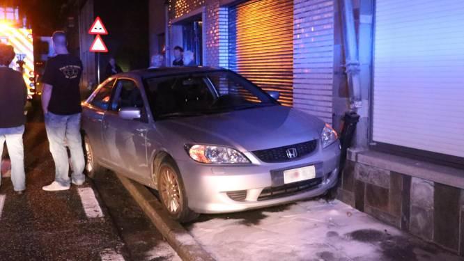 Beschonken automobilist knalt tegen gevels