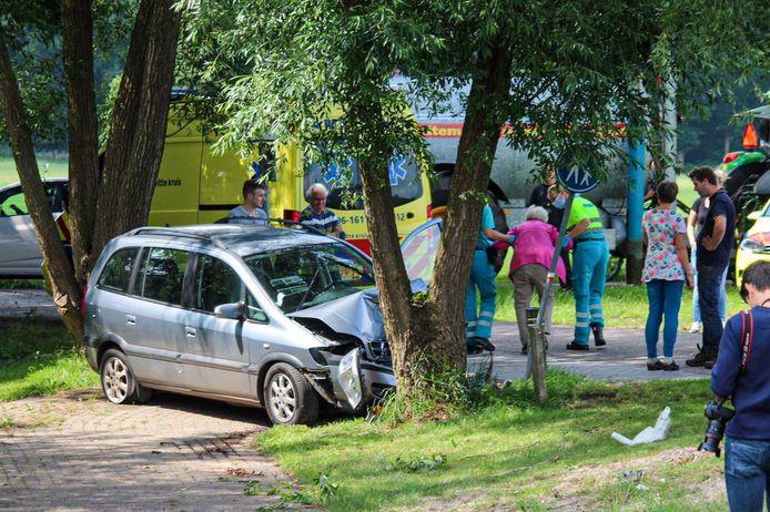 De crash in Eerbeek van afgelopen vrijdag blijkt een van de inzittenden fataal te zijn geworden.
