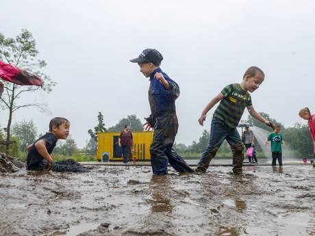 Kinderen als varkentjes door de modder in Harderwijk