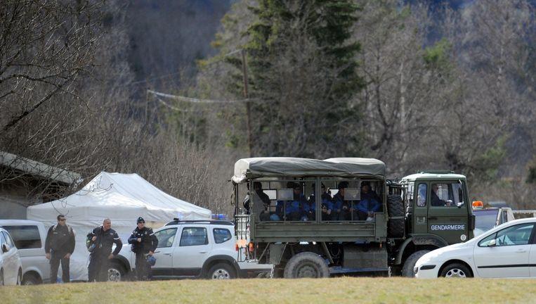 Franse politie bij een onderzoekstent nabij de rampplek. Beeld afp