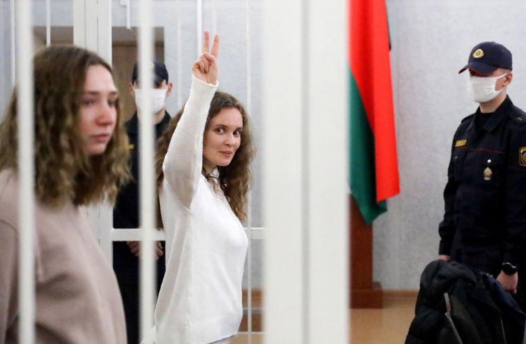 Twee journalistes staan in Minsk terecht voor hun berichtgeving over de antiregeringsprotesten. Ze riskeren tot drie jaar gevangenisstraf.  Beeld EPA
