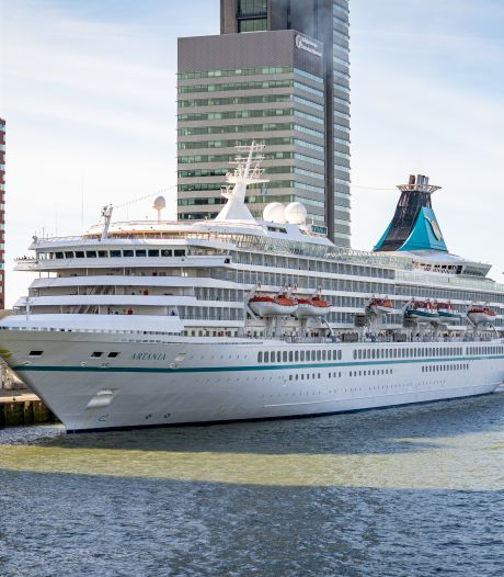 Cruiseschip mét passagiers meert aan in Rotterdam