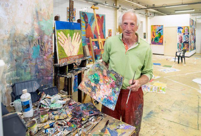 Kunstenaar Roeland Schweitzer houdt binnenkort een overzichtstentoonstelling in zijn atelier in de voormalige Ritmeester Fabriek n.a.v. dat hij daar nu tien jaar zit