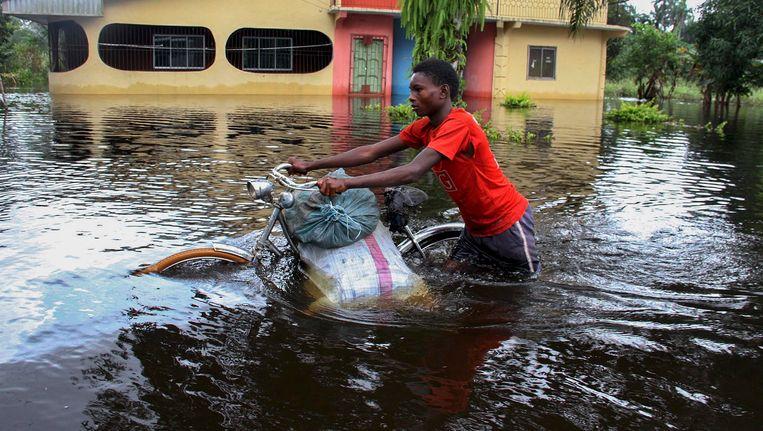 Onder meer in Nigeria joegen overstromingen mensen massaal op de vlucht. Beeld EPA
