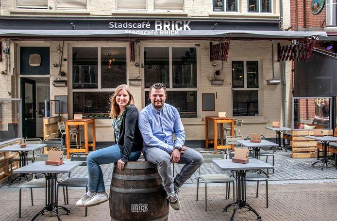 """,,Ik liep de afgelopen weken boos rond."""" Eigenaren Bregje van Helvert en Nick van Rijn van Stadscafé Brick in Tilburg. De zaak kon na twee dagen alweer dicht."""