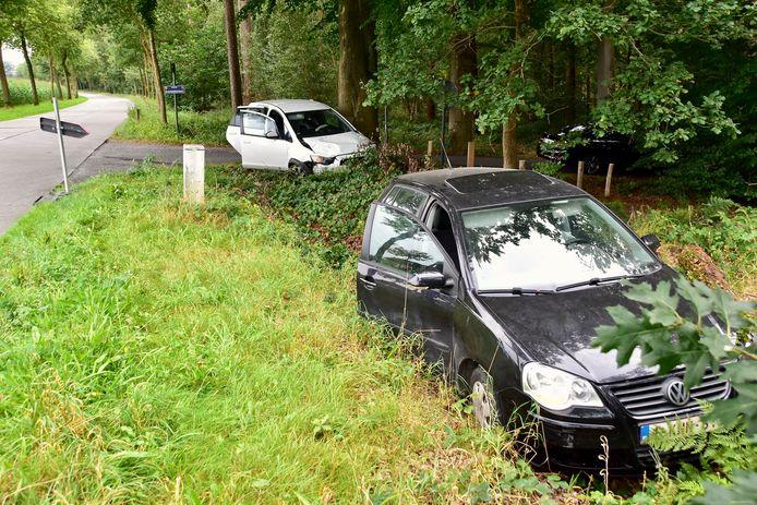 Beide auto's strandden na de botsing in de groene berm.