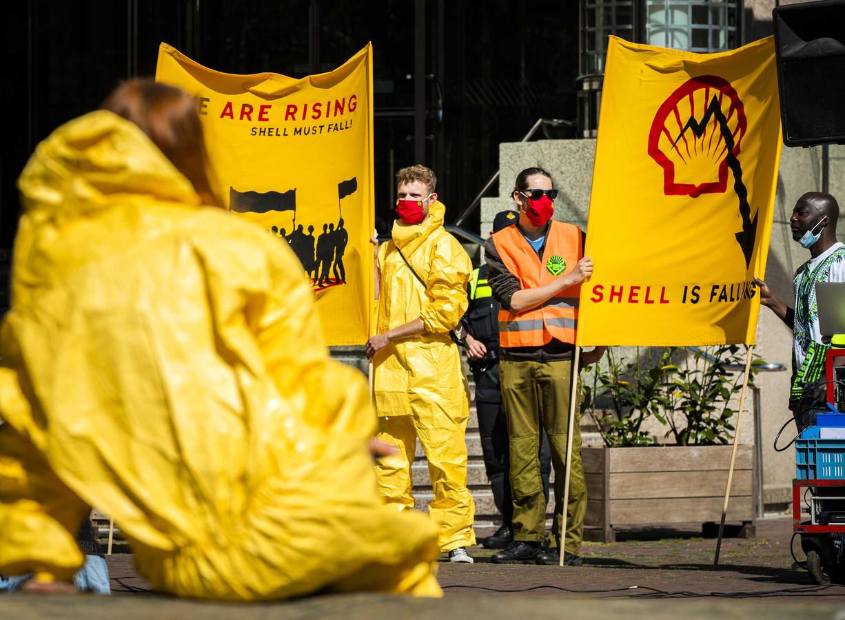 Actievoerders van Code Rood demonstreren bij het hoofdkantoor van Shell.