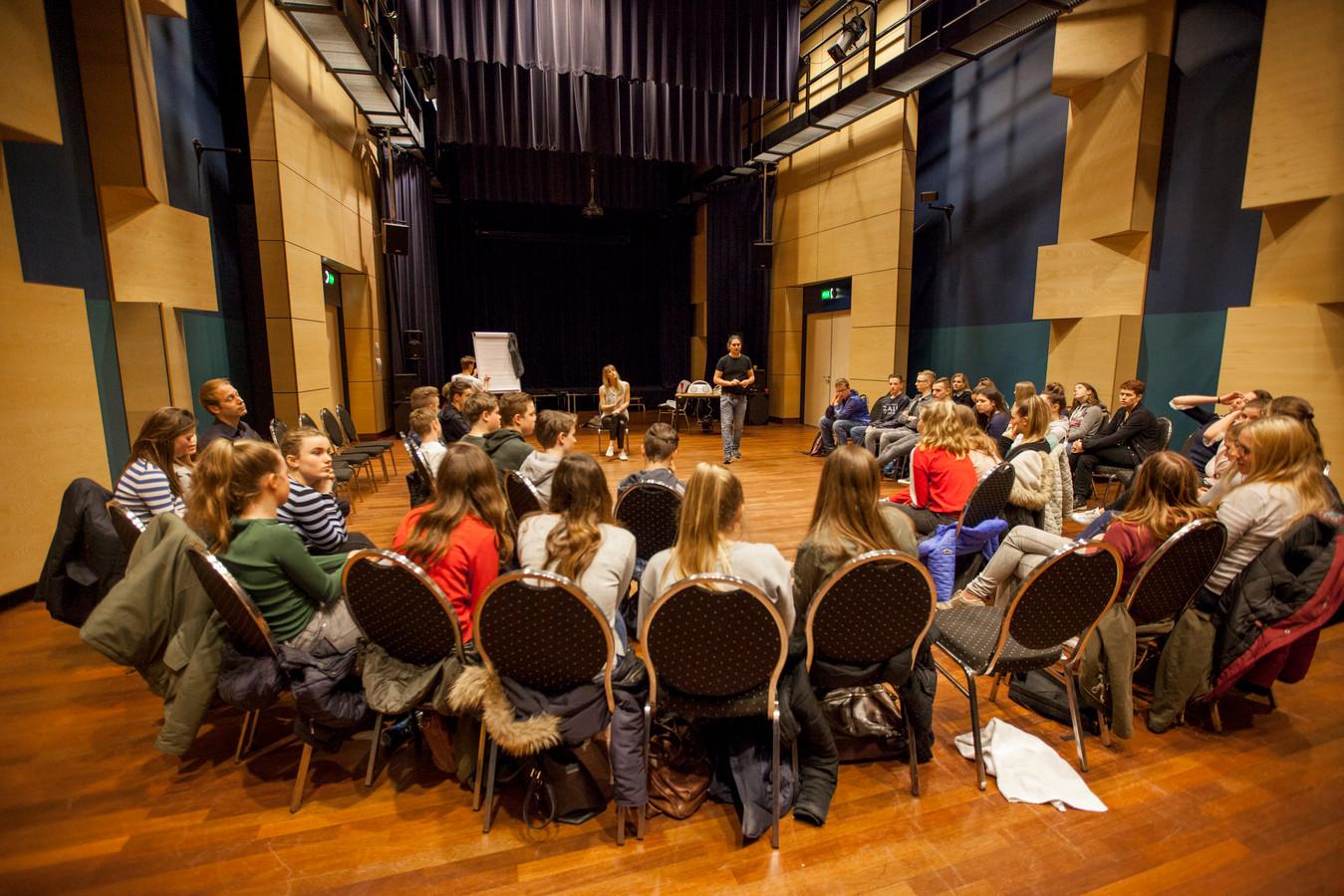 Na de voorstelling gaan de scholieren in gesprek met de acteurs.