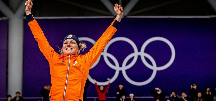 Carlijn Achtereekte viert haar olympische titel.