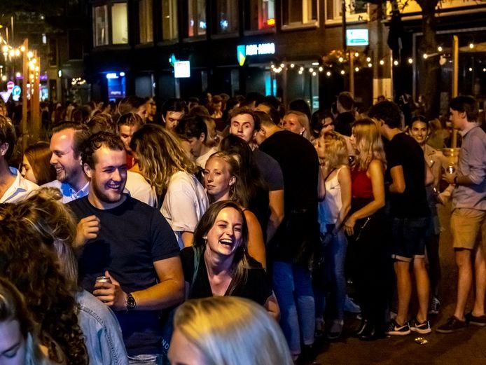 Rijen wachtenden voor de Poema in juli. Of het opnieuw zo druk wordt, nu de clubs om middernacht dicht moeten, is de vraag.