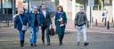 Advocaat Sebas Diekstra (midden) arriveert op de tweede procesdag bij de rechtbank met de vader van Roos, een van de slachtoffers van de schietpartij in een tram op het 24 Oktoberplein in Utrecht in maart 2019.