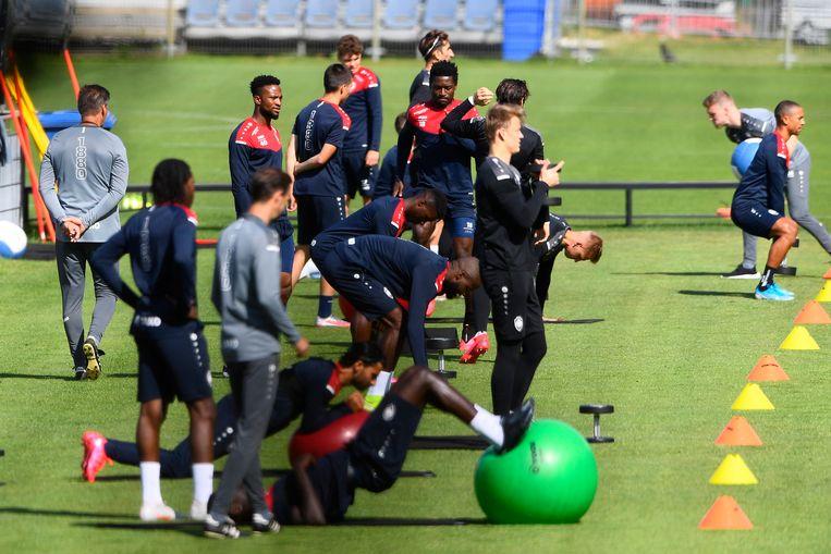 Spelers van Antwerp op het oefenveld. Trainen mag, met naleving van de coronaregels.  Beeld Gregory Van Gansen / Photo News