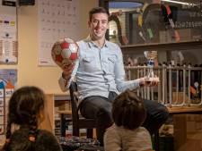 Van der Vlugt is leraar én voetbaltrainer: 'Ieder kind en iedere speler moet je op een eigen manier benaderen'