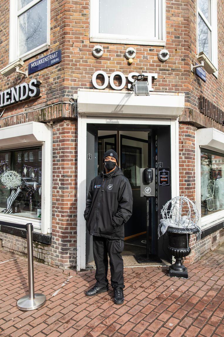 Coffeeshop Best Friends in Amsterdam Oost is een afhaallocatie geworden voor hasj en wiet. De zaak loopt goed.  Beeld Dingena Mol