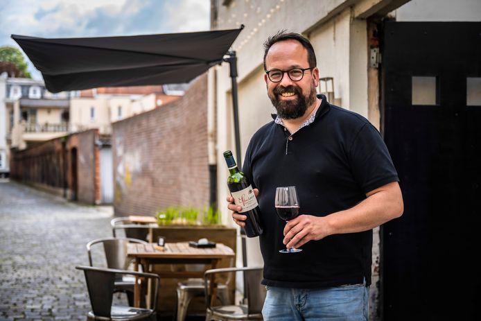 """Freek aan het terras van zijn nieuwe wijnbar. """"Instant vakantiesfeer"""", belooft hij."""