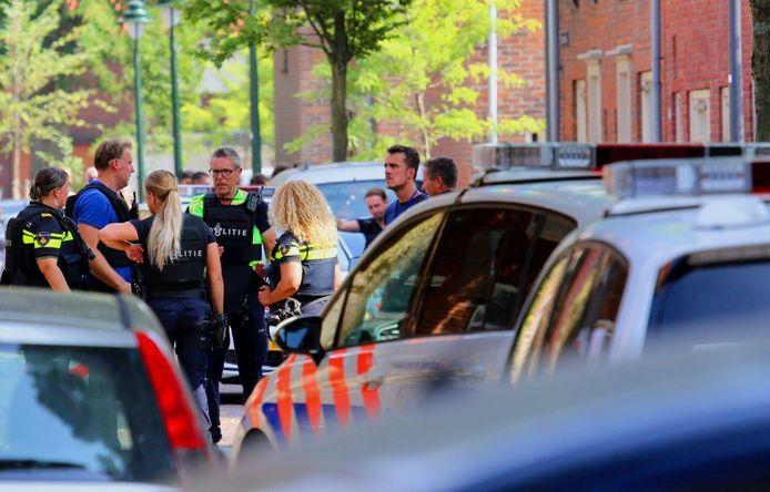 Agenten met kogelwerende vesten op straat in Den Bosch.