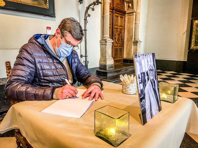 Eric Brasseur was een van de eersten om het rouwregister te tekenen.