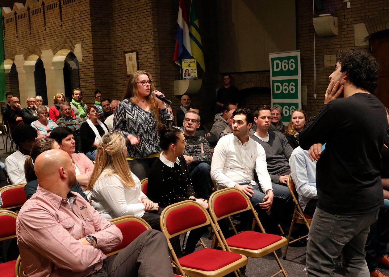 In Woensdrecht spreken jongeren en raadsleden wel vaker met elkaar, zoals hier in 2018. Begin december gebeurt dat weer, deels digitaal, over waar de jeugd behoefte aan heeft in coronatijd.