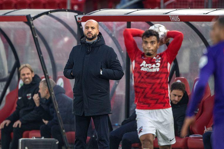 Trainer Pascal Jansen van AZ tijdens de wedstrijd tegen FC Groningen, 6 december. Beeld Guus Dubbelman / de Volkskrant