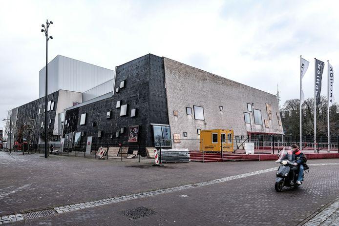 Een man is maandagmorgen zwaar gewond geraakt bij werkzaamheden aan de nieuwe gevel van schouwburg Amphion in Doetinchem.