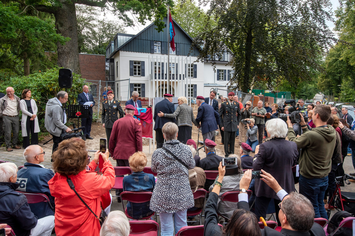 Britse oorlogsveteranen onthullen het Dreijeroord Memorial, het nieuwe monument bij het voormalige Hotel Dreijeroord, waar fel gevochten is tijdens de Slag om Arnhem.