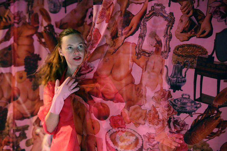 Marloes IJpelaar in 'De Meiden' van Jean Genet door Dood Paard. Beeld Foto Sanne Peper
