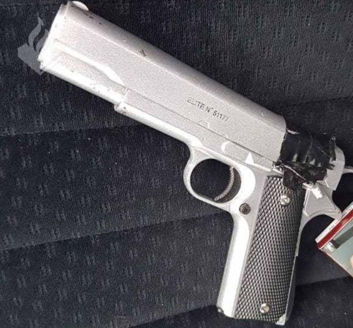 Foto ter illustratie. Het slachtoffer maakt doodsbenauwd 225 euro over nadat Dimitri M. een nepvuurwapen in zijn nek had gedrukt.