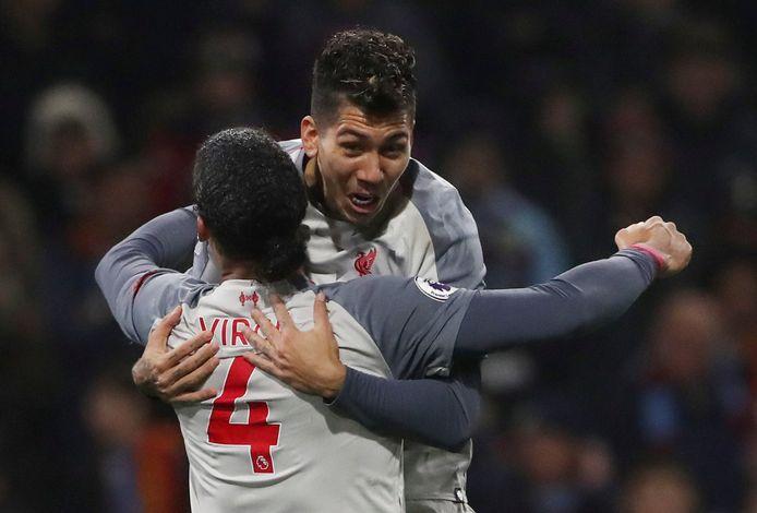 Roberto Firmino heeft gescoord voor Liverpool en viert dat met Virgil van Dijk.