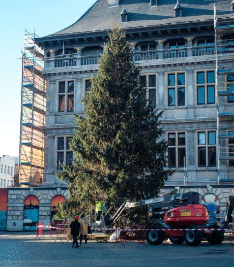 18 meter hoge kerstboom aangekomen op Grote Markt