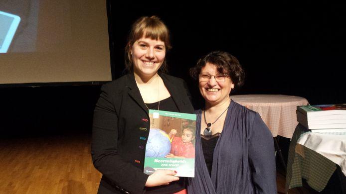 Sara Gielen en Ay¿e ¿¿çi zijn trots op hun boek.