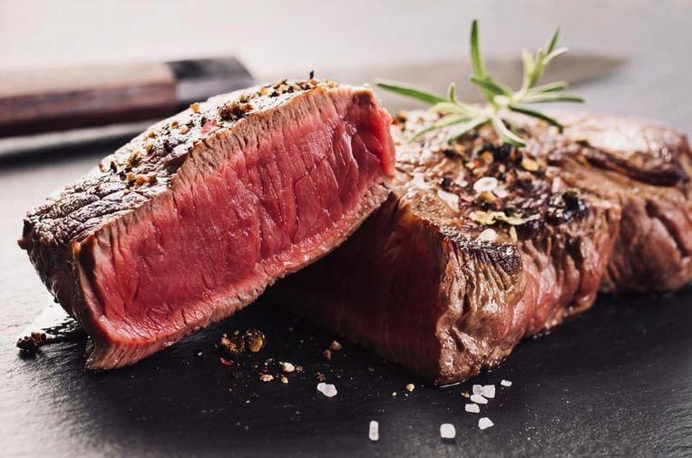 Aanhangers van het paleodieet eten zoals de jagers-verzamelaars. De nadruk komt dan al snel te veel op vlees te liggen, zeggen de experts. Beeld De Slappen Uier