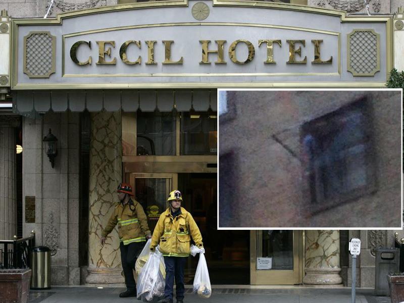 Archiefbeeld van brandweerlieden die vorig jaar in februari in actie kwamen toen er een lijk in de watertank op het dak van het hotel lag te rotten. In de inzet de 'spookfoto' die Koston Alderete maakte.
