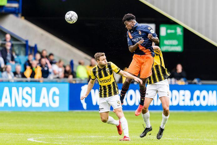 Kwasi Wriedt torent boven de Vitessenaren uit. Hij scoorde dit seizoen met het hoofd voor Willem II tegen de Arnhemse club.