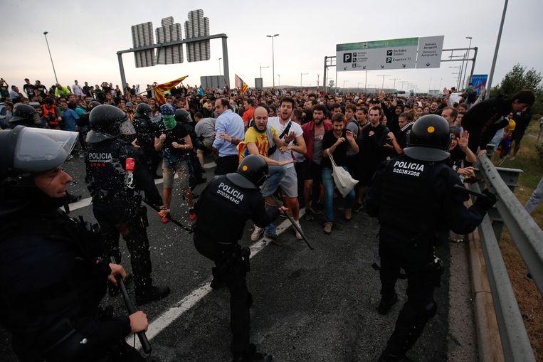 De veroordeling van de nationalistische politici leidde in Barcelona tot hevige protesten en clashes met de oproerpolitie.  Beeld AFP