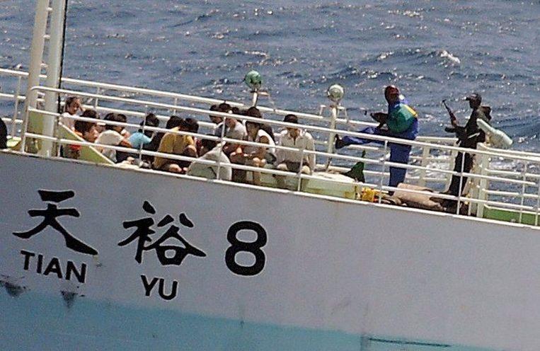Somalische piraten houden de Chinese bemanning van het visserschip Tian Yu 8 onder schot. De foto is afgelopen maandag genomen. Foto EPA/Jason R. Zalasky Beeld