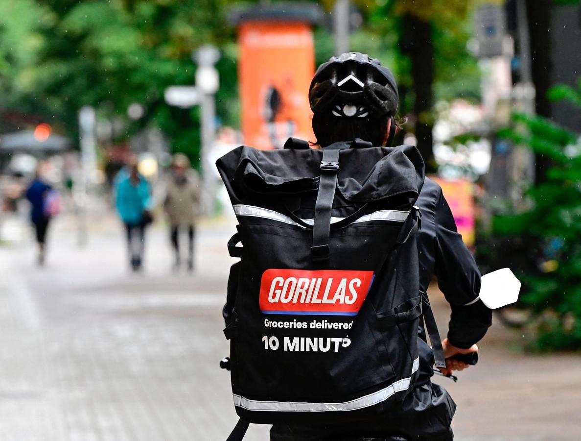 Fietskoerier van flitsbezorger Gorillas. Zin in bananen? Volgens de belofte staan ze binnen 10 minuten op je stoep.