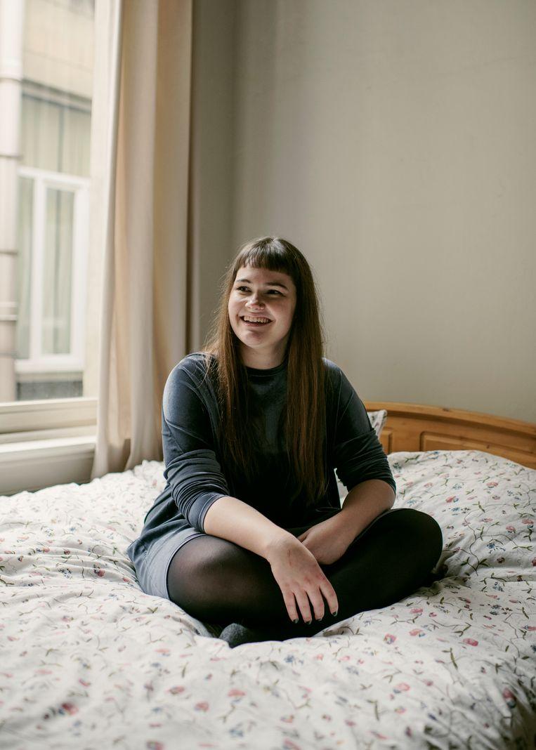 """Eline Van Hooydonck: """"Op Tinder zien ze alleen mijn hoofd. Maar als je ze dan ontmoet, zie je ze denken: jammer van dat overgewicht.Dat raakt je toch wel.""""   Beeld Tim Coppens"""