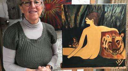 Lutgard verkoopt schilderijen voor De Warmste Week