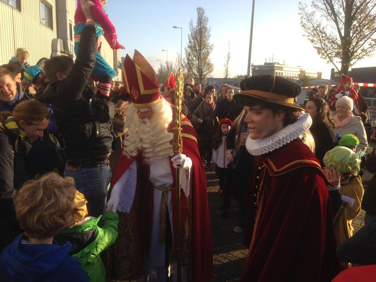 Sinterklaas heeft voor de gelegenheid een Amsterdamse mijter opgezet Beeld Patrick Meershoek