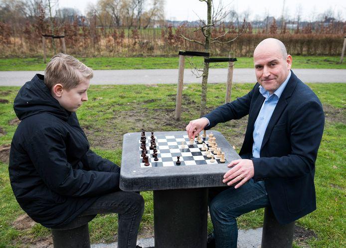 Vleutenaar Jesús Medina Molina startte eind vorig jaar een petitie voor extra schaaktafels in het Máximapark. Hier speelt hij een potje in het Máximapark met Jort.