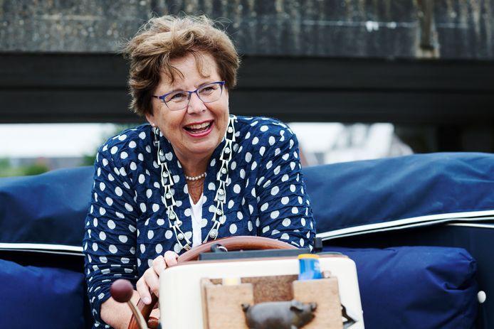 Burgemeester Kaag en Braassem Marina van der Velde - Menting vindt het heerlijk om even in alle rust met de sloep te varen