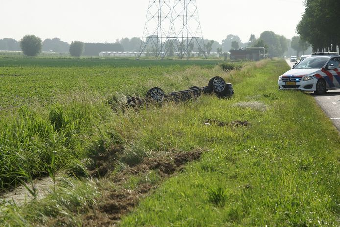 De bestuurder belandde met zijn auto op de kop in de sloot in Waspik.