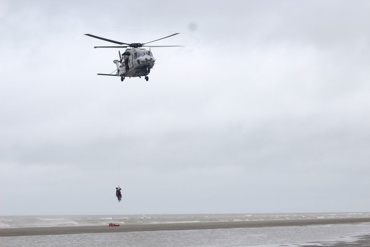 De NH-90-reddingshelikopter zoekt mee naar de vermiste duikers (archiefbeeld). Beeld Bart Boterman