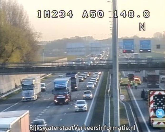 De situatie op de A50 na het ongeval op camerabeeld van Rijkswaterstaat.