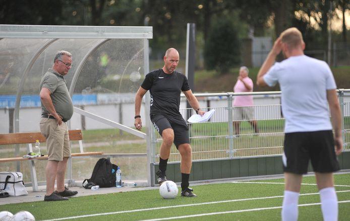 CHRC trainer Bob Jansen (aan de bal) stopt er plotseling mee.