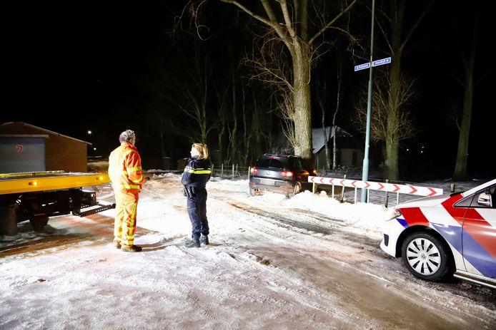 Een krantenbezorger is door het gladde wegdek met zijn auto tegen een boom gebotst in Mill. Bij het eenzijdige ongeluk op de splitsing van de Voordijk en de Kolkweg raakte de bestuurder licht gewond.