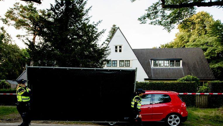 Agenten bij het huis van Koen Everink voorafgaand aan de reconstructie van de moord op de zakenman Beeld null
