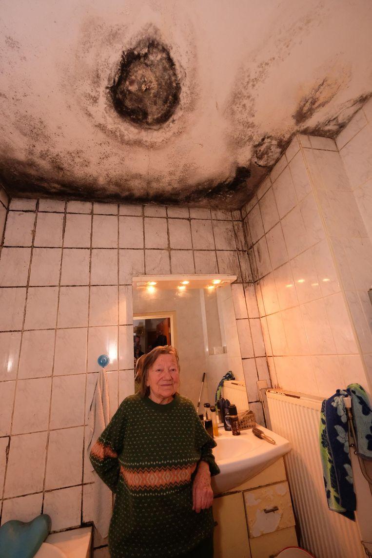 Jeanneke in haar beschimmelde badkamer.
