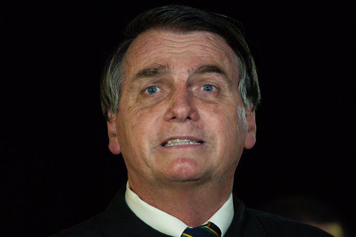 De Braziliaanse president Jair Bolsonaro vrijdagavond in gesprek met verslaggevers nadat de beelden van de vergadering op de Braziliaanse tv zijn uitgezonden.