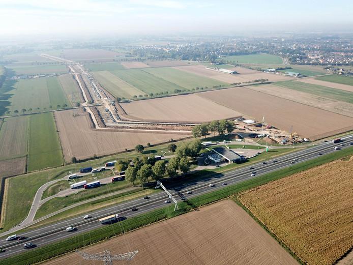 Het toekomstige tracé van de A15 is vanuit de lucht goed zichtbaar.